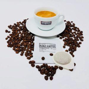 Kaffee Pad Kanzi Kaffee der Sorte Triestina und Tasse mit Kaffee