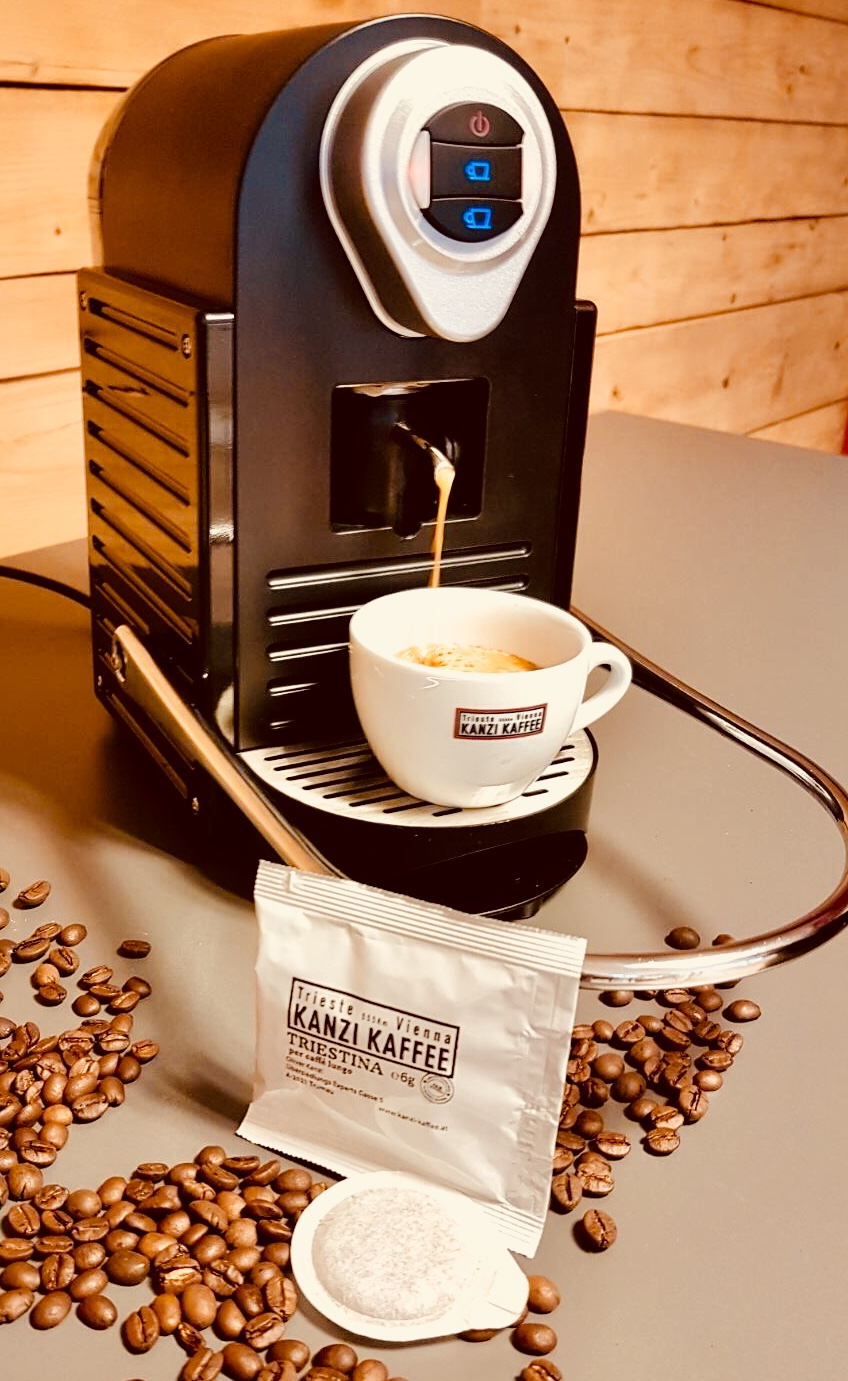 Kaffeemaschine mit Kanzi Kaffee Tasse und Triestina Pad