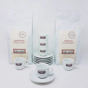 Espressotassen mit Kanzi Kaffee Label und zwei Packungen Amalfitana Kaffee