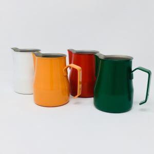 Vier Milchkännchen in den verschiedenen Farben weiß, gelb, rot und grün